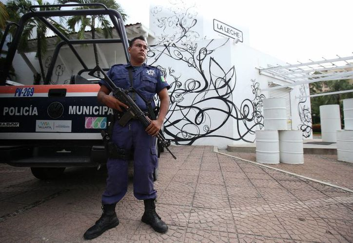 Fotografía del restaurante La Leche vigilado por la policía, tras el secuestro de varias personas. (EFE)