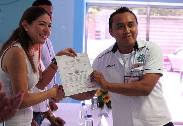 Ayer 77 taxistas recibieron igual número de certificados en calidad en trato al público. (Adrián Barreto)