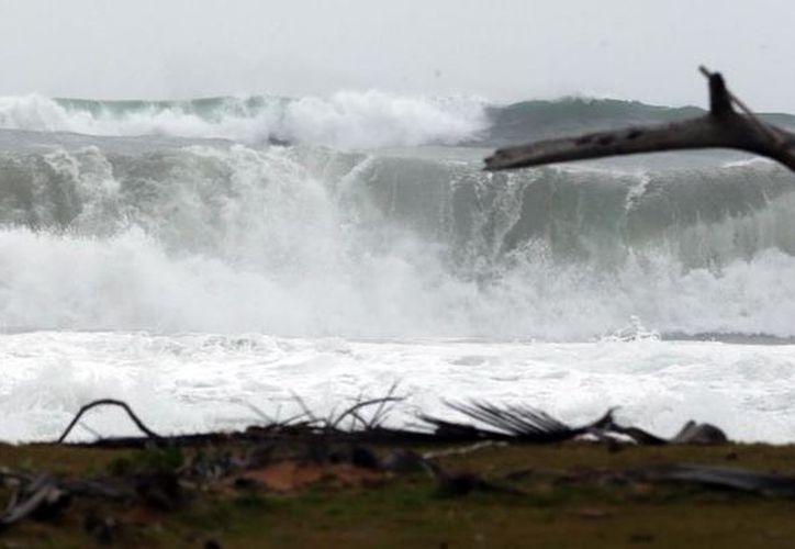 Las olas registradas durante la tarde del domingo provocaron ligeras inundaciones en Puerto Rico. (Juan Luis Martínez)