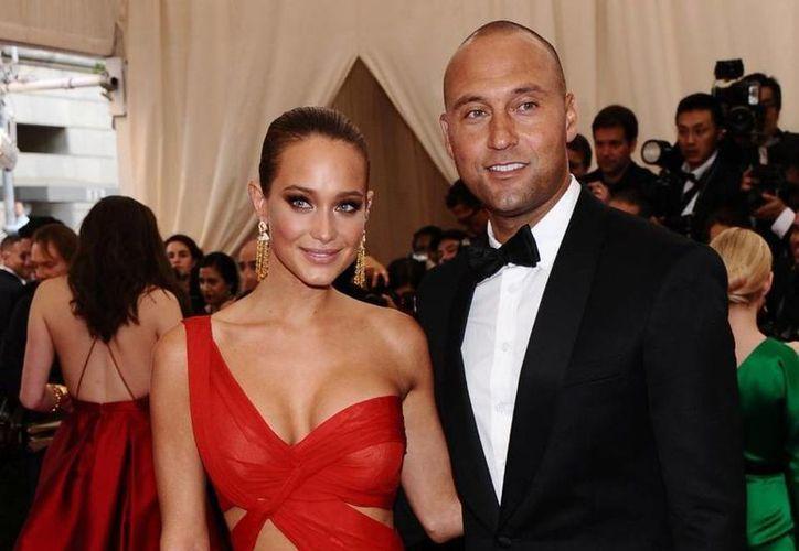 Derek Jeter con Hannah Davis, modelo de trajes de bajo para Sports Illustrated. Ambos ya se casaron. En la foto, durante una gala benéfica. (Fotos: AP)