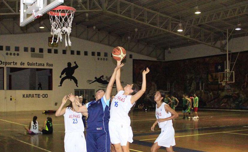 Se premiarán a los tres primeros lugares de básquetbol y voleibol con atractivos trofeos. (Miguel Maldonado/SIPSE)