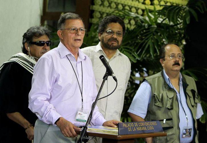 Ricardo Téllez (2-i), junto al segundo jefe de las FARC, Luciano Marín Arango (2-d), Seuxis Hernández Solarte (i), y Jesús Carvajalino, durante una rueda de prensa. (EFE/Archivo)