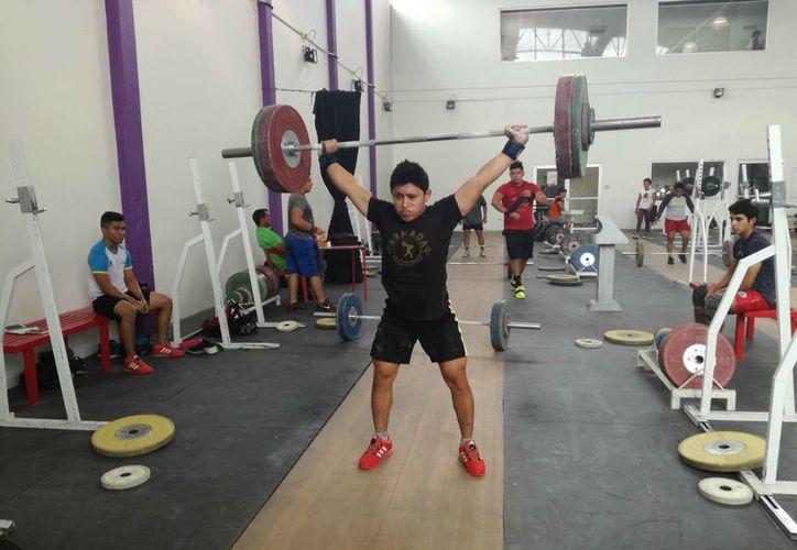 El atleta quintanarroense lleva a cabo una intensa preparación. (Raúl Caballero/SIPSE)