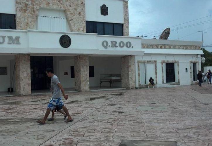 Los trabajadores de las oficinas municipales y estatales en Tulum no laboraron ayer por ser el Día del Burócrata. (Sara Cauich/SIPSE)