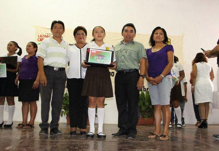 Las autoridades locales entregaron reconocimientos a los participantes. (Raúl Balam/SIPSE)