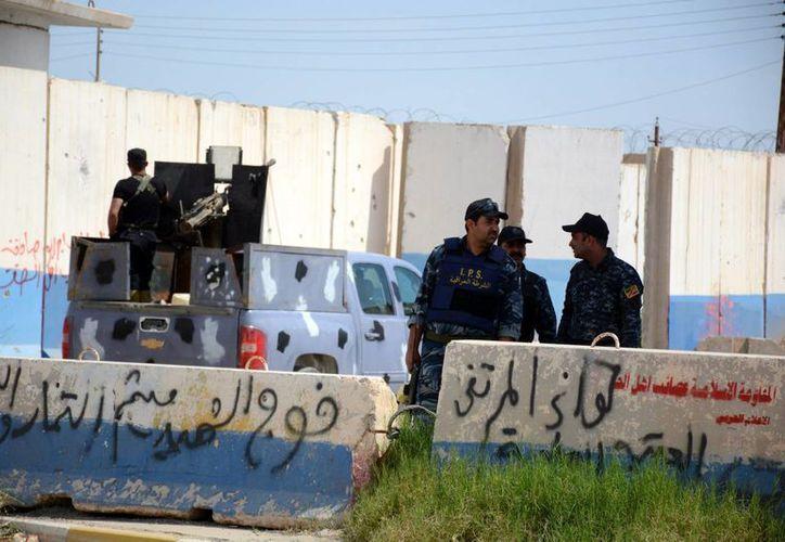 Integrantes de la policía iraquí vigilan en una calle en Tikrit, Irak. (Archivo/EFE)