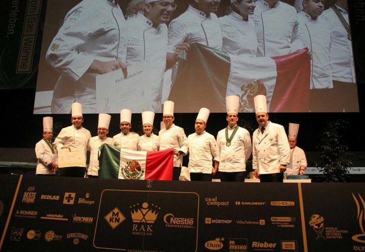 Los mexicanos compitieron contra más de mil 500 chefs de las mejores escuelas culinarias de 55 países del mundo.(Notimex)