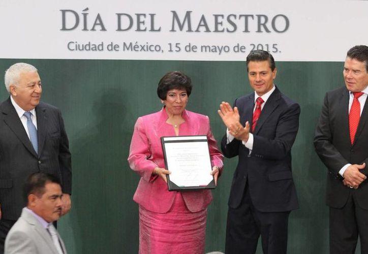 El presidente Enrique Peña Nieto entregó la Condecoración Maestro Altamirano a cuatro profesores y el Reconocimiento Manuel Altamirano al desempeño en la carrera magisterial a tres maestros distinguidos. (Foto Notimex)