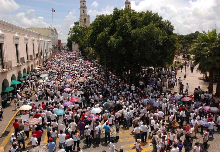 Los profesores de Yucatán hicieron dos marchas diferentes, por calles del centro y Paseo de Montejo. (Wilbert Argüelles)