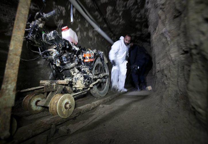 Las autoridades encontraron diversas herramientas, al igual que tanques de oxígeno, al inspeccionar el túnel por donde escapó 'El Chapo' el sábado pasado. (AP)