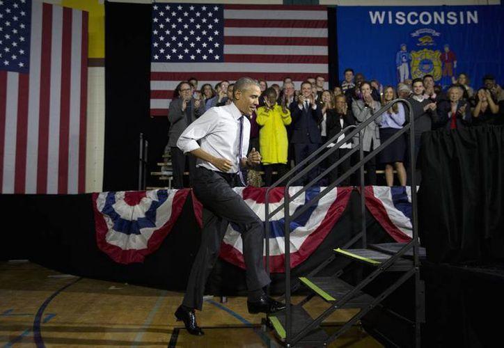 Obama asistirá a un partido amistoso entre los Tampa Bay Rays y una selección nacional de Cuba. El presidente de EU al subir al escenario para hablar de la Ley de Asistencia Asequible, en el Centro de la Comunidad de Estados en Milwaukee. (Agencias)
