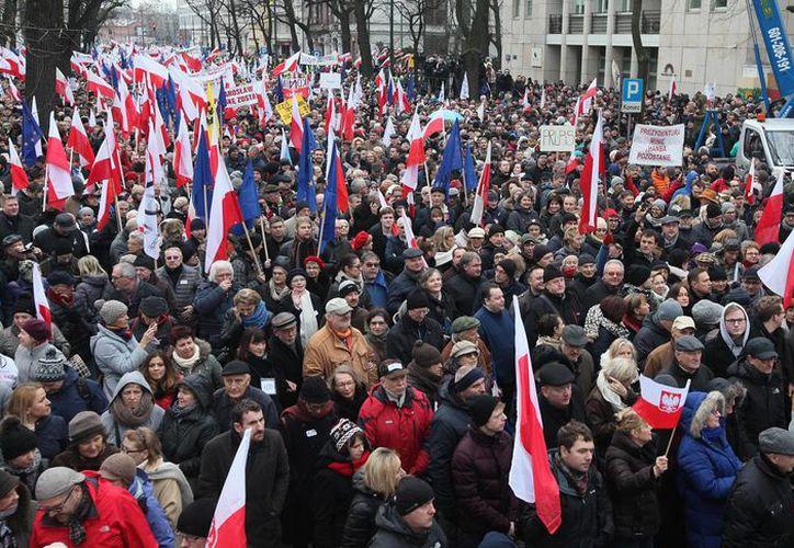 Decenas de miles de polacos, enfurecidos por un conflicto constitucional, marchan en Varosvia este sábado, 12 de diciembre, para protestar contra el presidente Andrzej Duda y el nuevo gobierno conservador. (Foto AP/Czarek Sokolowski)
