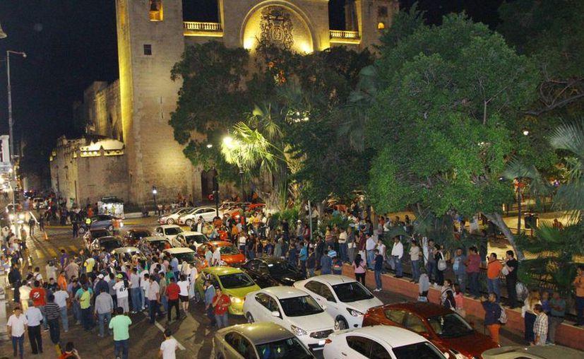 Empresas yucatecas de taxis, que trabajan por medio de plataformas tecnológicas, como Ryde&Go, aseguran que dan chance de trabajar a choferes que se desencantan de Uber. La imagen, de una protesta de choferes de la empresa extranjera, está utilizada sólo como contexto. (Martín González/SIPSE)