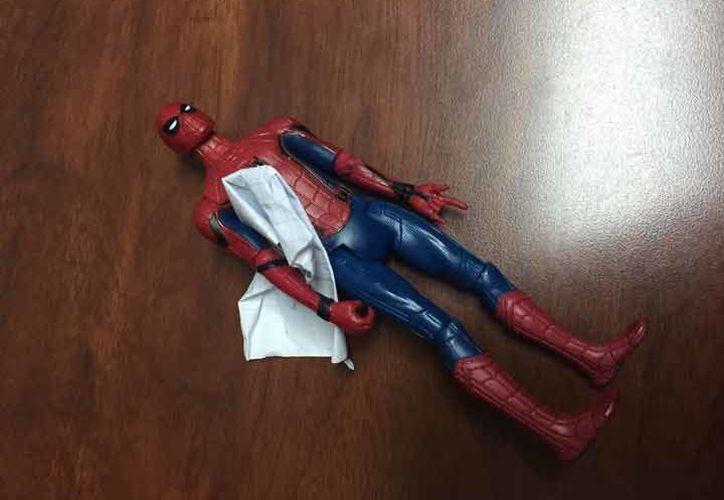 La maestra del menor, encontró en el altar  un muñeco de Spiderman con un tierno mensaje. (Foto: Excélsior)