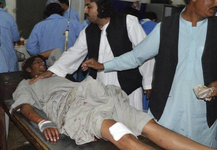 Un hombre recibe atención médica en un hospital de Quetta, Pakistán, hoy 19 de octubre de 2015, tras la explosión de un autobús. (EFE)