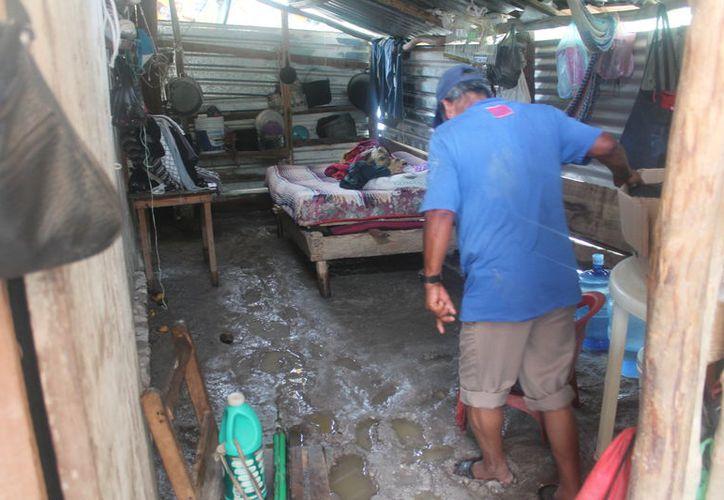 El sistema rústico de drenaje colapsó y se desbordó por lo que inundo las colonias 20 de Noviembre y Los Cedros. (Carlos Castillo/SIPSE)