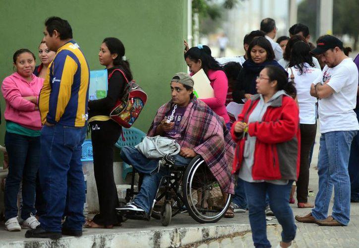 Los padres de familia fueron atendidos por grupos de 10 a 50 personas para iniciar el proceso de preinscripción. (Luis Pérez/SIPSE)