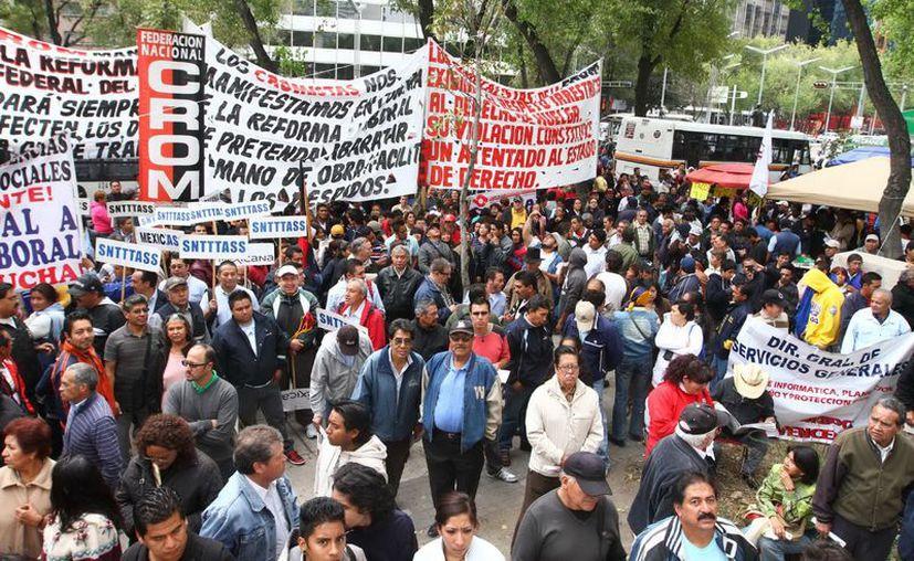 Organizaciones sindicales, sociales y estudiantiles se manifestaron en inmediaciones del Senado de la República, en repudio a la reforma laboral. (Notimex)