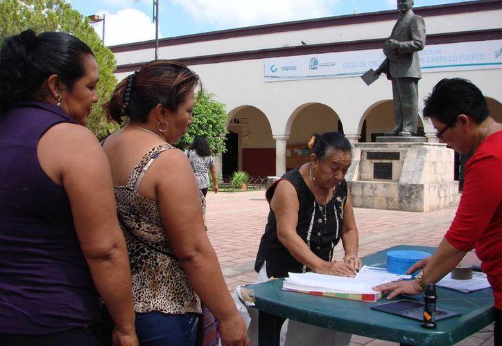 Los obreros son informados sobre las gestiones de la comuna. (Manuel Salazar/SIPSE)