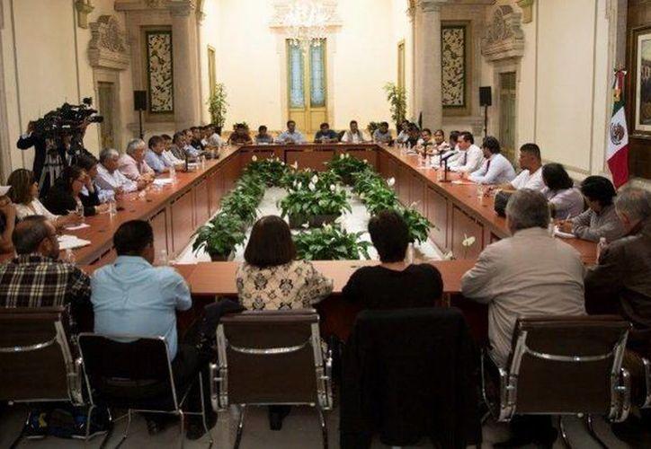 Anoche, integrantes del magisterio disidente y autoridades de Gobernación se reunieron para discutir el principal planteamiento de la CNTE que es la abrogación de la Reforma Educativa. (Segob)