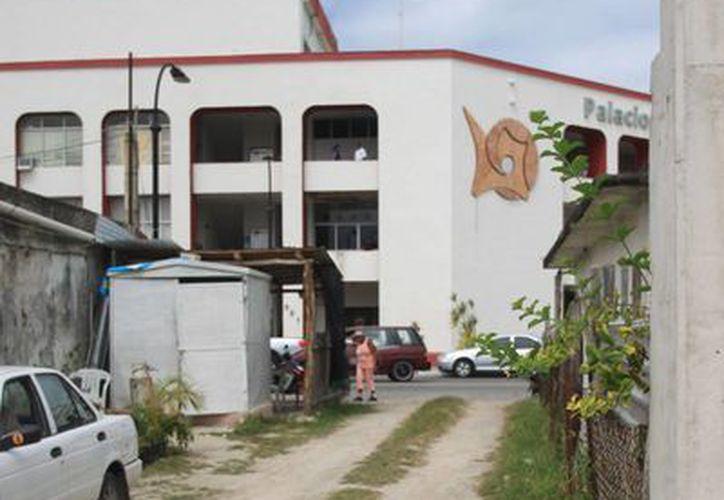 En un predio ubicado a un costado del edificio del Ayuntamiento Othón P. Blanco, aguas residuales brotan de un drenaje. (Enrique Mena/SIPSE)