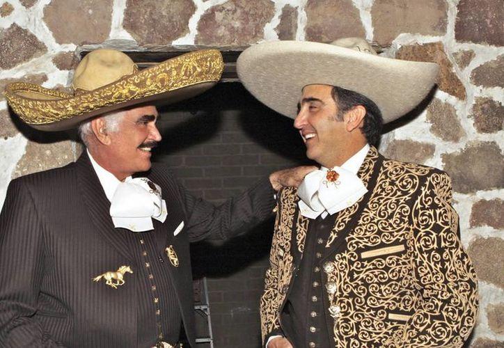Vicente Jr. (der) asegura que su padre no tiene molestias. (laranchera.gbmradio.com)