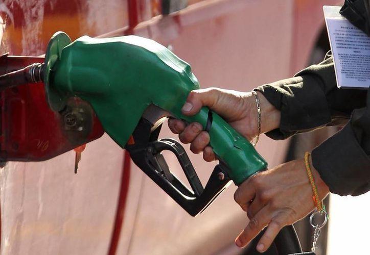 Pemex ha indicado que la reforma en materia energética no tendrá como consecuencia la reducción del precio de las gasolinas. (Notimex)