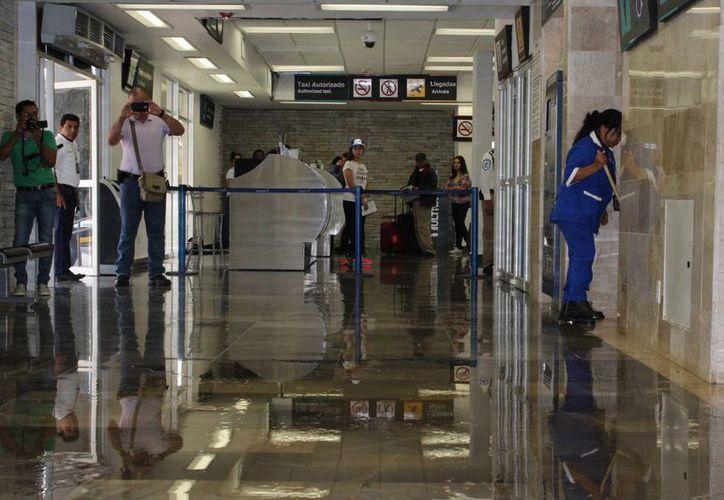 La Dirección Estatal Contra Riesgos Sanitarios supervisará el edificio para saber el porqué del vertimiento de agua de los sanitarios.  (Ángel Castilla/SIPSE)