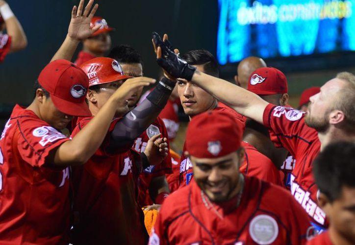 """Los filibusteros celebran el segundo """"vuelacercas"""" de Eliseo Aldazaba ante Leones de Yucatán en el inicio de la serie. (Luis Pérez/Milenio Novedades)"""