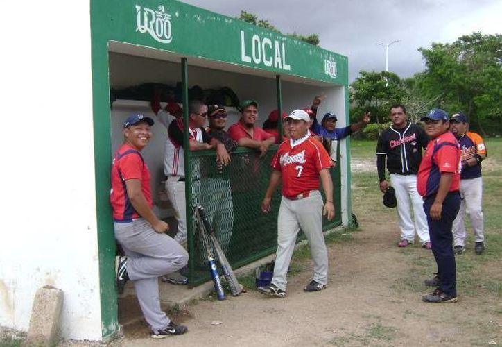 Debido a que personal del Ayuntamiento de Othón P. Blanco no quitaron materiales que se usaron para un evento realizado en el campo, los jugadores y aficionados se trasladaron de Butrón y Bacalar. (Alberto Aguilar/SIPSE)
