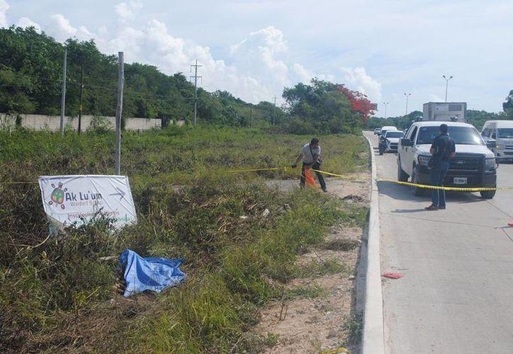 Una persona que corría por la zona fue quien encontró el cadáver en la maleza. (Redacción/SIPSE)