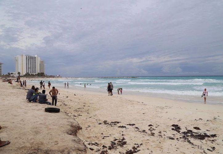 Las playas de la zona hotelera de Cancún lucieron semivacías este 5 de junio. (Israel Leal/SIPSE)