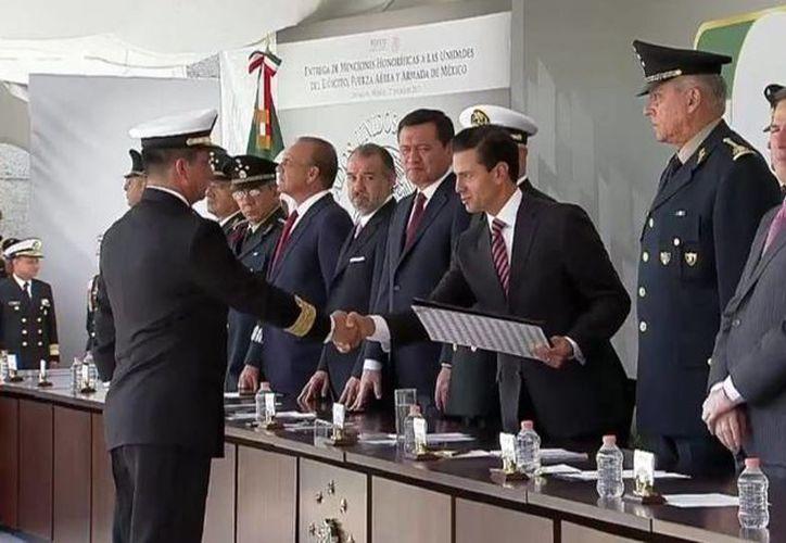 Imagen de la ceremonia de entrega de Menciones Honoríficas a las unidades del Ejército, Fuerza Aérea y Armada de México. (@PresidenciaMX)