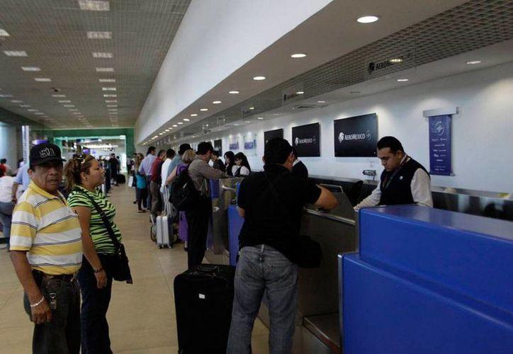 Al menos 13 aeropuertos de México anunciaron ya el ajuste al horario de invierno el próximo domingo, e instruyeron a las aerolíneas a informar a  los viajeros. La imagen es de contexto y corresponde al aeropuerto de Mérida que no ha emitido ningún comunicado sobre el tema. (Archivo/Christian Ayala-SIPSE)