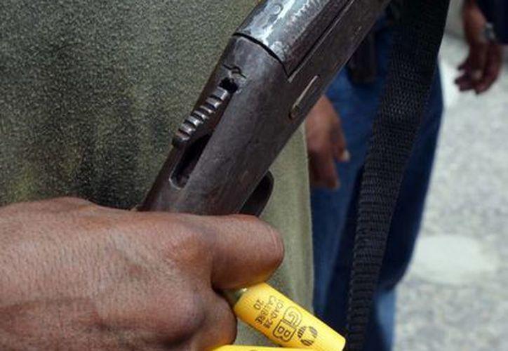 Las autodefensas piden ser legalizadas por el gobierno, pues aseguran que nadie combatirá a los delincuentes como ellos. (Archivo/Notimex)
