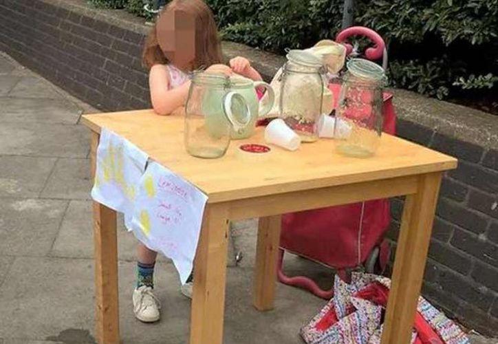 Un hombre y su hijita en Gran Bretaña se convirtieron en centro de atención al recibir una multa por vender limonada. (The Guardian).
