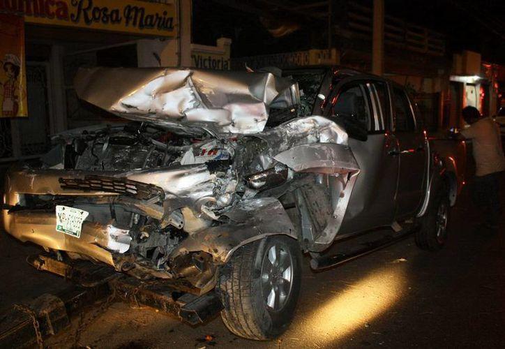 La camioneta Hilux quedó destrozada del frente. (Martín González/SIPSE)