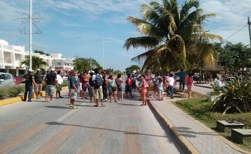 Habitantes de Punta Allen bloquearon la carretera principal de Tulum para pedir la reparación del camino costero. (Rossy López/SIPSE)