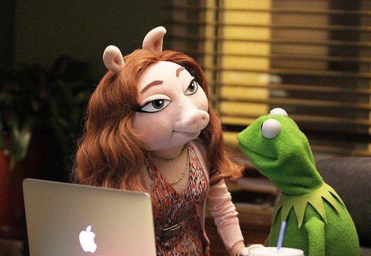 Después de los rumores de la nueva relación de la Rana René con su compañera Denise (en imagen), el famoso personaje de Los Muppets tuvo que aclarar en Twitter que por el momento solamente eran amigos. (Twitter: @TheMuppetsABC)