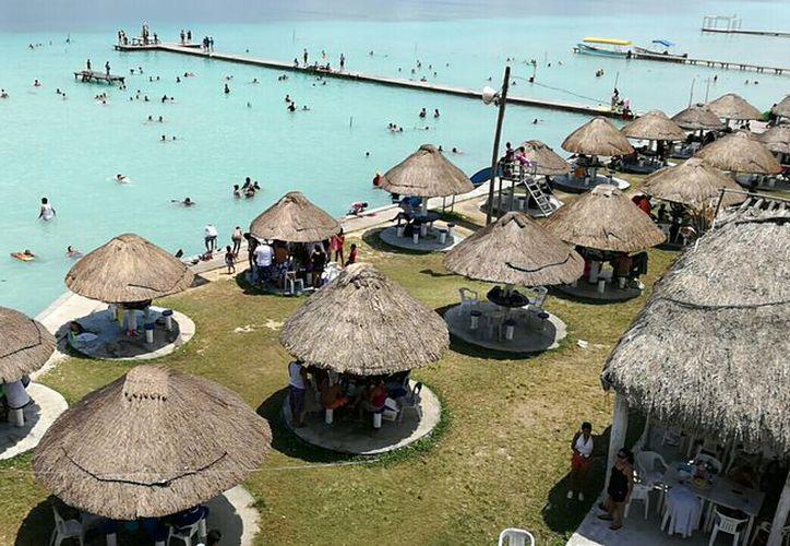 """Los balnearios de Bacalar lucieron a mediana capacidad, pues en """"Mundo Mágico"""" uno de los más concurridos por vacacionistas, hasta el mediodía sólo había registrado 150 entradas.  (Foto: Javier Ortiz / SIPSE)"""