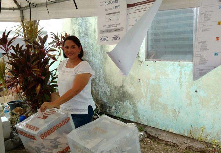 Patricia Robles depositando su voto en la isla. (Irvin Canul/SIPSE)