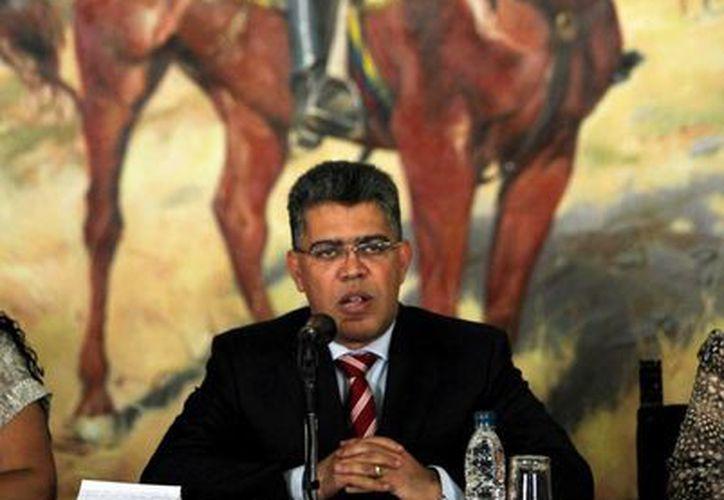 El canciller venezolano Elías Jaua habla durante una ceremonia en homenaje a dos diplomáticos venezolanos expulsados por Estados Unidos en Caracas, Venezuela. (Agencias)