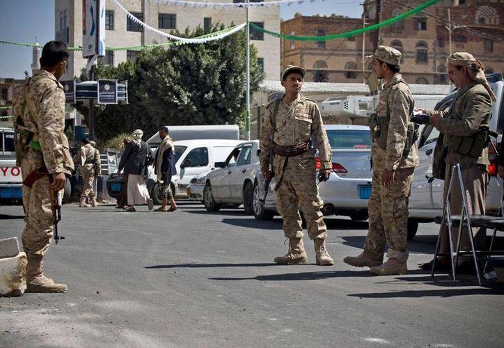 Soldados yemeníes vigilan de cerca las calles cercanas al Palacio Presidencial de Yemen, el cual fue tomado ayer por rebeldes chiíes. (AP)