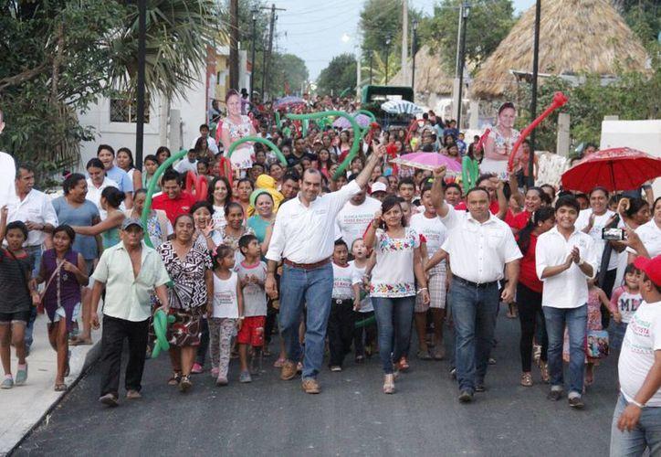 Felipe Cervera, candidato del PRI a diputado por el V Distrito federal, durante una caminata en Mayapán. (SIPSE)