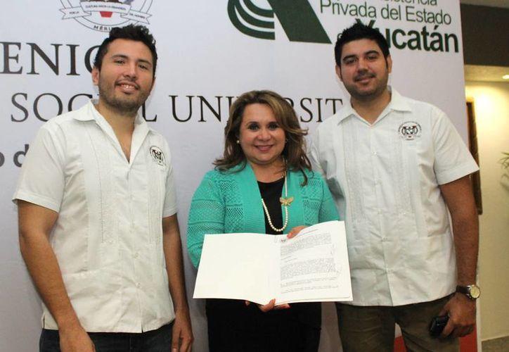 José Carlos García Pérez, coordinador  de vinculación; Bertha Alicia Rosado, directora general de la JAPEY y José de Jesús Palafox Quintero, director general. (Foto: Cortesía)