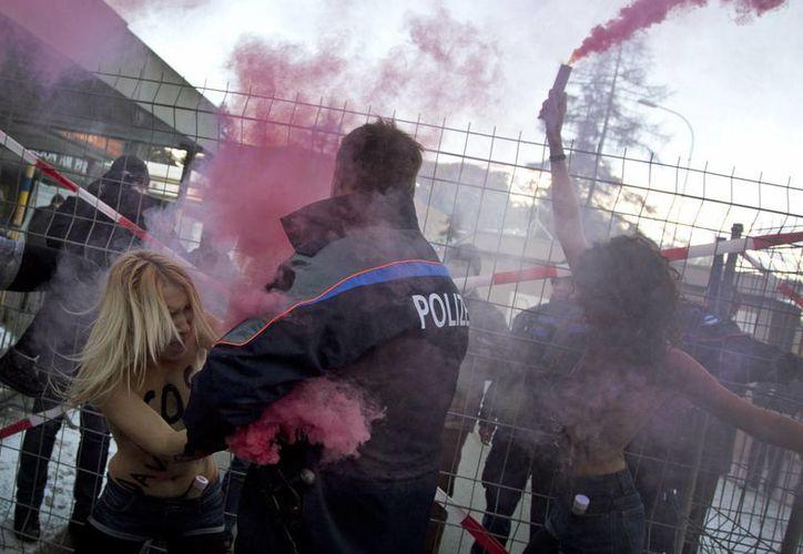 Las activistas fueron detenidas al tratar de ingresar al Foro. (AP)