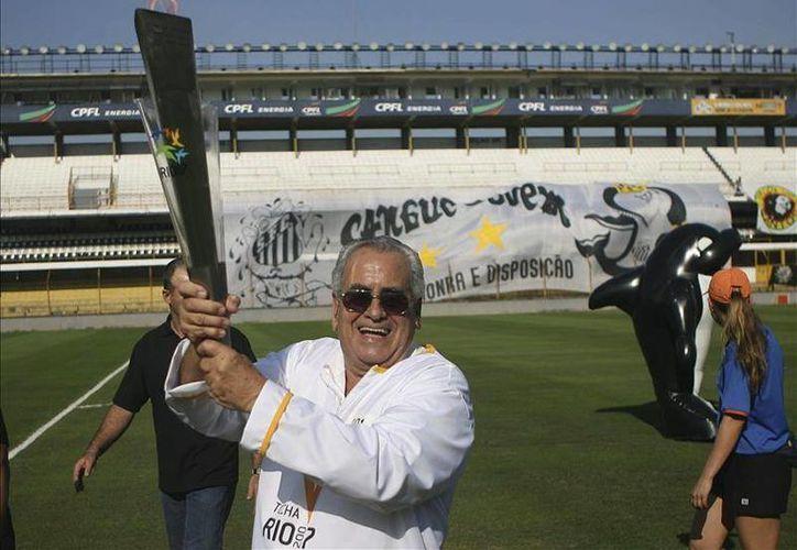 José Ely Miranda, 'Zito', formo parte del Santos de Brasil junto a astros como Pelé, Pepe y Coutinho. En la foto:'Zito', porta la antorcha de los Juegos Panamericanos de Río de Janeiro 2007(Efe)