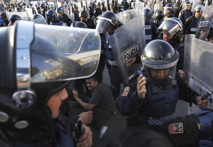 Ya son varios días de protestas y bloqueos en varios puntos de la República por el aumento a los precios de los combustibles. (AP/Marco Ugarte)
