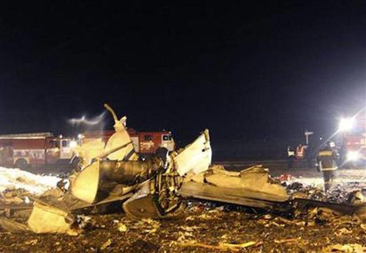 Bomberos y rescatistas trabajan en el lugar donde se estrelló la aeronave. (Agencias)