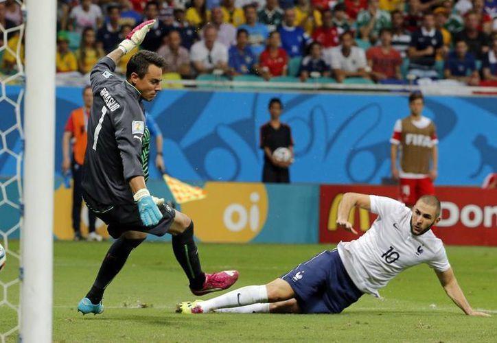 Benzemá falló un penal, pero anotó el cuarto de los cinco goles de su selección ante una Suiza que comenzó el Mundial como cabeza de serie. (Foto: AP)
